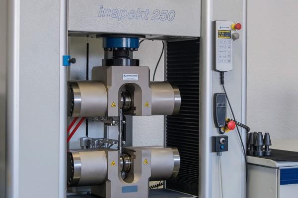 Diverse Zugprüfmaschinen von 25KN bis 1000KN mit automatischer Auswertung