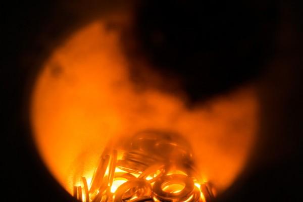 Hochfrequentes Einschmelzen von Analysenproben unter Schutzgas